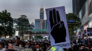 Les manifestants pro-démocratie dans le quartier des affaires de Ratchaprasong à Bangkok, ce dimanche 25 octobre 2020.