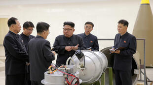 Lãnh đạo Bắc Triều Tiên Kim Jong Un chỉ đạo về chương trình vũ khí nguyên tử. Ảnh do KCNA đăng tải ngày 03/09/2017.