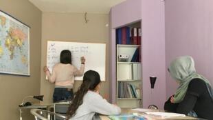 Una clase de inglés en el centro de formación AMAL, en Ioannina (Grecia).
