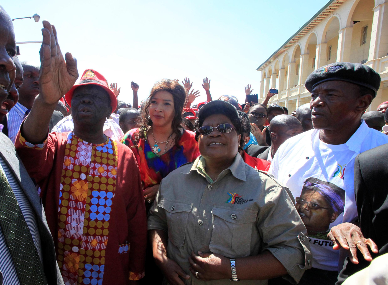 Wanasiasa wawili wa upinzani, Morgan Tsvangirai (kulia) na  Joice Mujuru ( kushoto) waungana kwa kumuangusha Mugabe.