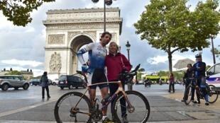 Mark Beaumont, ao lado de sua mãe e agente, após completar, diante do Arco do Triunfo, a volta ao mundo de bicicleta.