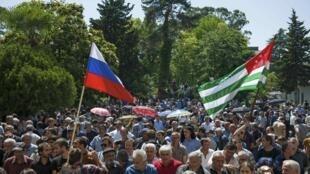 Активисты оппозиции у здания администрации президента Абхазии, Сухуми, 28 мая 2014 г.