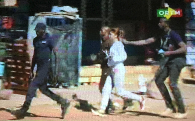 An ninh Mali giải cứu các con tin từ khách sạn Radisson Blu, thủ đô Bamako, ngày 20/11/2015 (Ảnh chụp từ video)