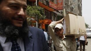 Soldado egípcio carrega caixa contendo cédulas eleitorais das presidenciais no Cairo, nesta terça-feira.