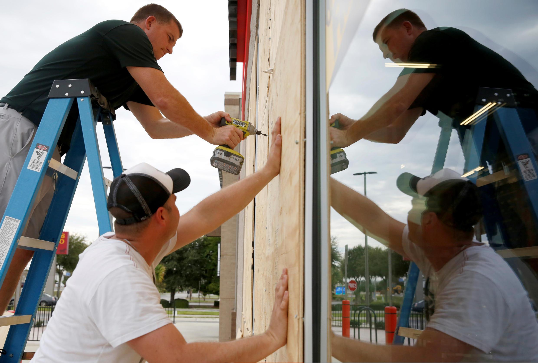 Protección de ventanas de comercios ante la llegada del huracán Michael en Destin, Florida, el 9 de octubre de 2018.