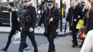 Policiers armés à Oxford Street à Londres, en décembre 2015.