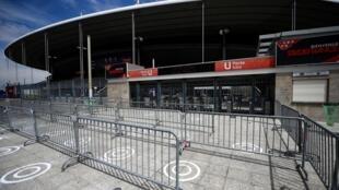 Des marquages au sol pour faire respecter la distanciation sociale à l'extérieur du Stade de France le 23 juillet 2020 à la veille de la finale de Coupe de France entre le Paris SG et Saint-Etienne