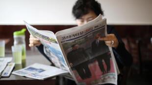 Mulher lê os jornais sul-coreanos deste sábado (28) que analisam resultados da cúpula de sexta-feira (27) entre as duas Coreias.
