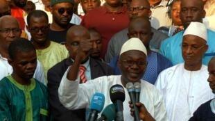 Abdourahmane Sanoh, coordinateur national du FNDC, au centre. Son organisation condamne l'arrestation de plusieurs personnes suite à des manifestations contre un éventuel troisième mandat du président Alpha Condé (Photo d'illustration).