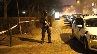 La policía danesa custodia la zona aledaña al cento cultural Krudttønden, escenario de un tiroteo con ametralladora el sábado 14 de febrero 2015