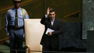 Le président iranien Mahmoud Ahmadinejad salue les délégations de l'Assemblée générale des Nations unies, le 25 septembre 2012.