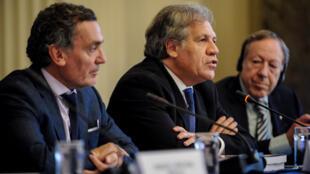 Santiago Canton, secretario argentino de DDHH, Luis Almagro, secretario general de la OEA y Irwin Cotler, abogado estadounidense de DDHH, en una conferencia de prensa este 29 de mayo de 2018.