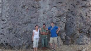 Anne-Cécile, Mamy et François devant le plus gros baobab du monde.