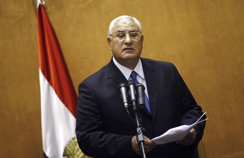 Le président par intérim égyptien, Adly Mansour, a nommé dix experts chargés de revoir la Constitution, suspendue depuis la chute de Mohamed Morsi.