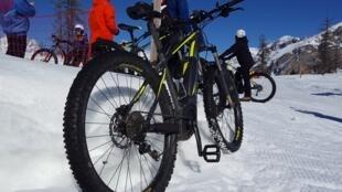 Avec de larges pneus sous-gonflés, le VTT des neiges permet d'évoluer rapidement et en toute sécurité sur les pistes.