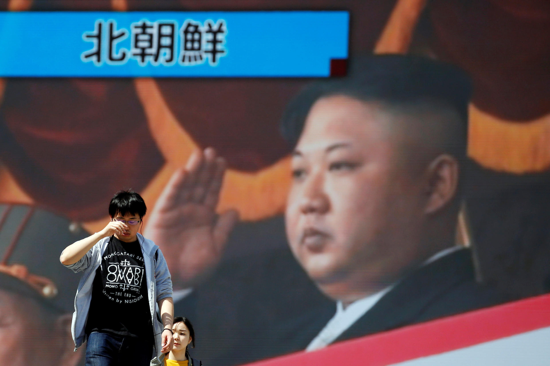 Уличный монитор в Токио показывает выступление лидера КНДР Ким Чен Ына, 21 апреля 2018 г.