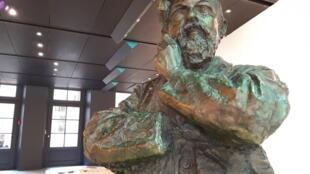 Un busto de Debussy recibie a los visitantes de su casa natal.