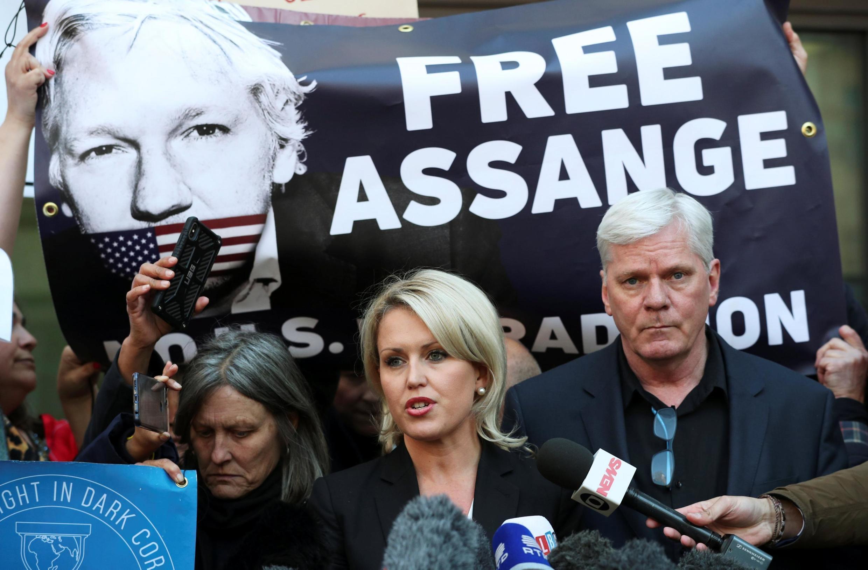A advogada de Julian Assange, Jennifer Robinson, fala a imprensa no dia em que seu cliente era detido pela polícia britânica, 11/04/2019
