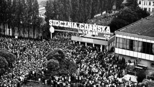 Grève aux chantiers navals de Gdańsk en août 1980. Le bâtiment est devenu le Centre européen de la Solidarité à Gdansk où se déroulent les célébrations des 30 ans des premières élections libres en Pologne.