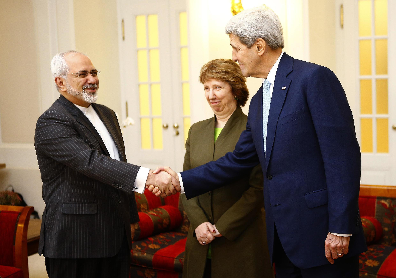 Le secrétaire d'Etat américain John Kerry (d.) et le ministre iranien des Affaires étrangères Mohammad Javad Zarif (g.) le 20 novembre à Vienne en présence de Catherine Asthon, la représentante de l'Union européenne.