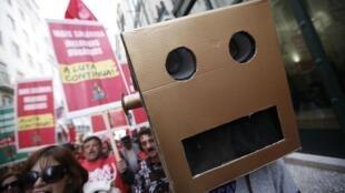 Portugueses nas ruas de Lisboa protestam contra custo de vida e falta de trabalho.