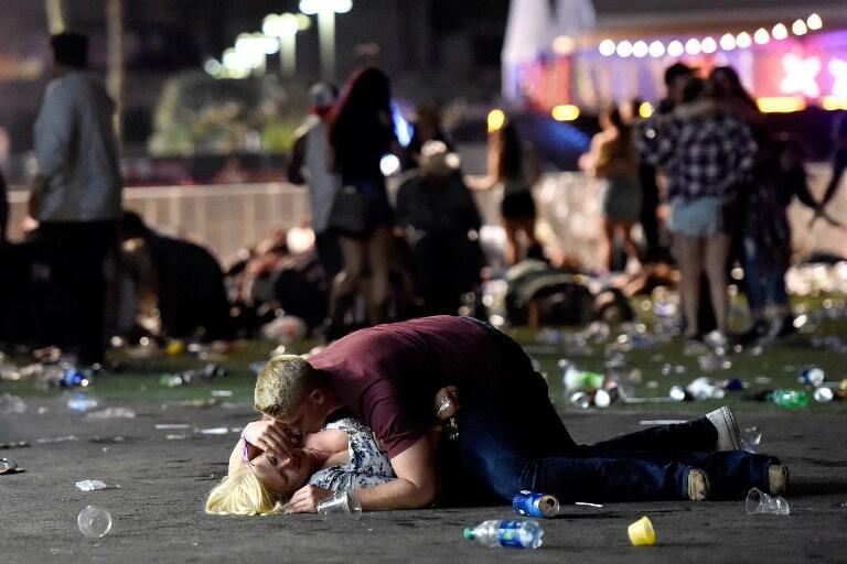 Em Las Vegas, na noite passada, um homem protege uma mulher dos tiros - 1 de Outubro de 20172
