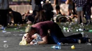 A Las Vegas, des gens tentent de se protéger des tirs, ce 2 octobre 2017.