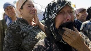 Des femmes ouzbèkes dans le camp de réfugiés du village de Yorkishlak, à la frontière sud du Kirghizistan et de l'Ouzbékistan, le 18 juin 2010.