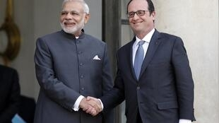 French President François Hollande shakes hands with Indian Prime Minister Narendra Modi after a joint statement at the Elysée palace