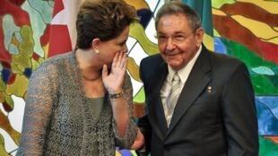 Dilma Roussef (à g.) parle avec son homologue cubain, Raul Castro, le 31 janvier.