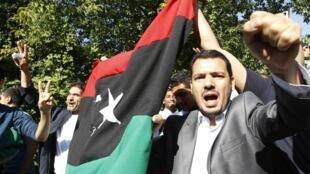 Празднование в честь поднятия флага НПС возле посольства Ливии в Москве.