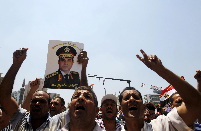 Des manifestants anti-Morsi brandissent un portrait du général al-Sissi au Caire, place Tahrir, le 5 juillet 2013.