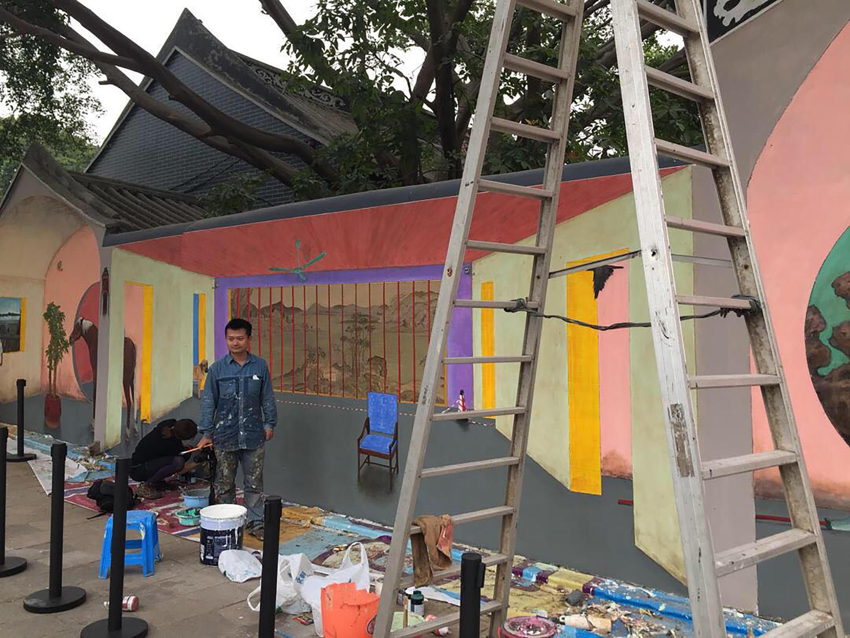 Nghệ sĩ Hồ Gia Mẫn chuẩn bị tác phẩm triển lãm gợi nhớ đến Lưu Hiều Ba. Ảnh khách thăm quan chụp ngày 15/12/2017