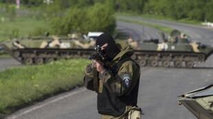 Un soldat ukrainien, sur un check-point près de Sloviansk, dans l'est de l'Ukraine, le 3 mai 2014.