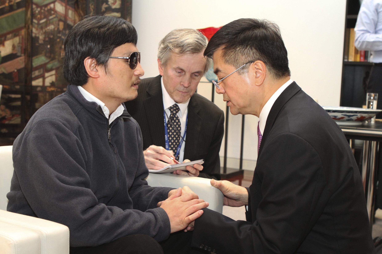 Посол США в Пекине Гэри Лок (П) беседует с Ченем Гуанченом в посольстве 02/05/2012