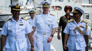 Thiếu tướng Hải quân Mỹ Brian Hurley (G) thăm tàu chiến Ấn Độ trong cuộc tập trận chung Malabar 2016