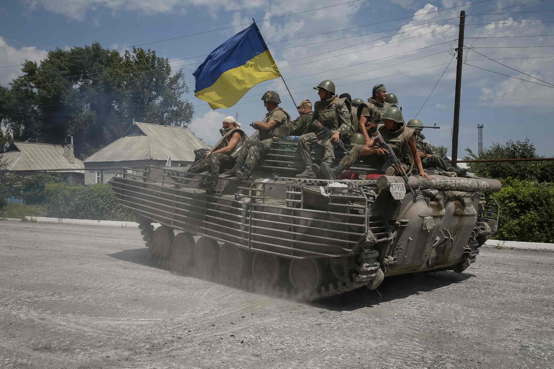 Forças ucranianas passam pela cidade de Severesk, no leste do país.