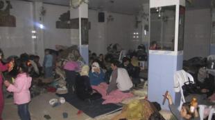Foto de moradores do distrituo de Bab Amro acampados, no dia 15 de fevereiro.