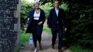 特雷莎·梅與其丈夫菲利普一起在英國桑寧(Sonning)教堂 (2017年6月11日)