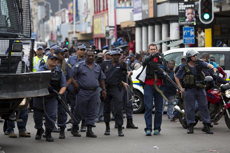 Polisi wakipambana na wavamizi wa raia wa kigeni