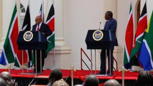 Rais wa Afrika Kusini, Jacob Zuma (Kushoto) akiwa na mwenyeji wake Rais wa Kenya, Uhuru Kenyatta (kulia) wakati alipokuwa Nairobi kwa ziara, October 11, 2016.