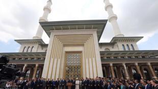 Ankara, le 3 juillet 2015. Le président turc recep Tayyip Erdogan (c) pendant son discours d'inauguration de l'édifice de 5.175 m2  érigé dans l'enceinte du luxueux palais.