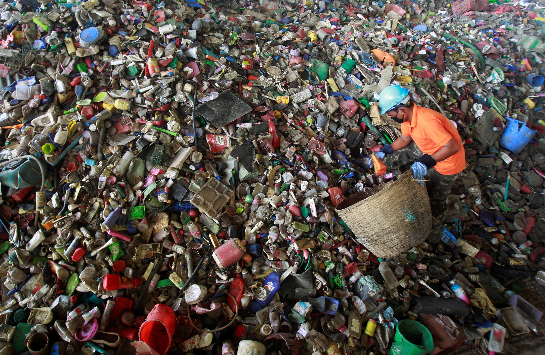 Un ouvrier travaille dans une usine de recyclage de plastique, à Agartala en Inde, le 4 juin 2016.