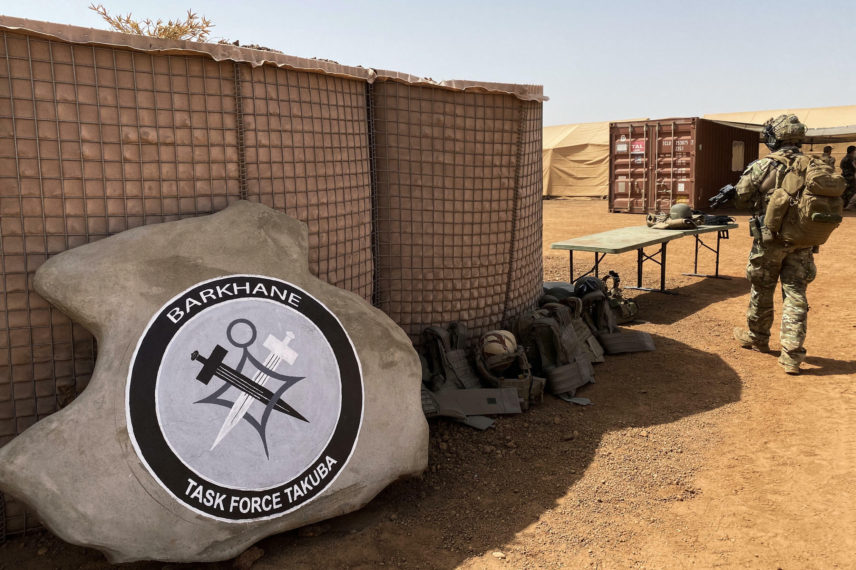 Foto tomada el 3 de noviembre de 2020 en Ménaka, Malí, muestra el logotipo del regimiento de operaciones especiales Fuerza Tarea de Barkhane Takuba, una misión militar multinacional liderada por Francia en la atribulada región del Sahel, en África subsahariana.