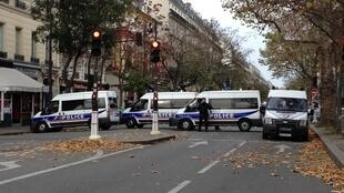 Сквер Батаклан возле одноименного клуба, захваченного террористами в пятницу, Париж. 14 ноября 2015