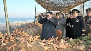 O líder norte-coreano Kim Jong-Un usa binóculo para conferir a movimentação de soldados norte-coreanos, em 16 de março de 2013.
