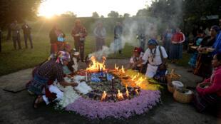 Des prêtres mayas lors d'une cérémonie marquant le 17e anniversaire de la signature de la paix au Guatemala, sur le site archéologique de Kaminal Juyu, à Guatemala City, le 29 Décembre 2013.