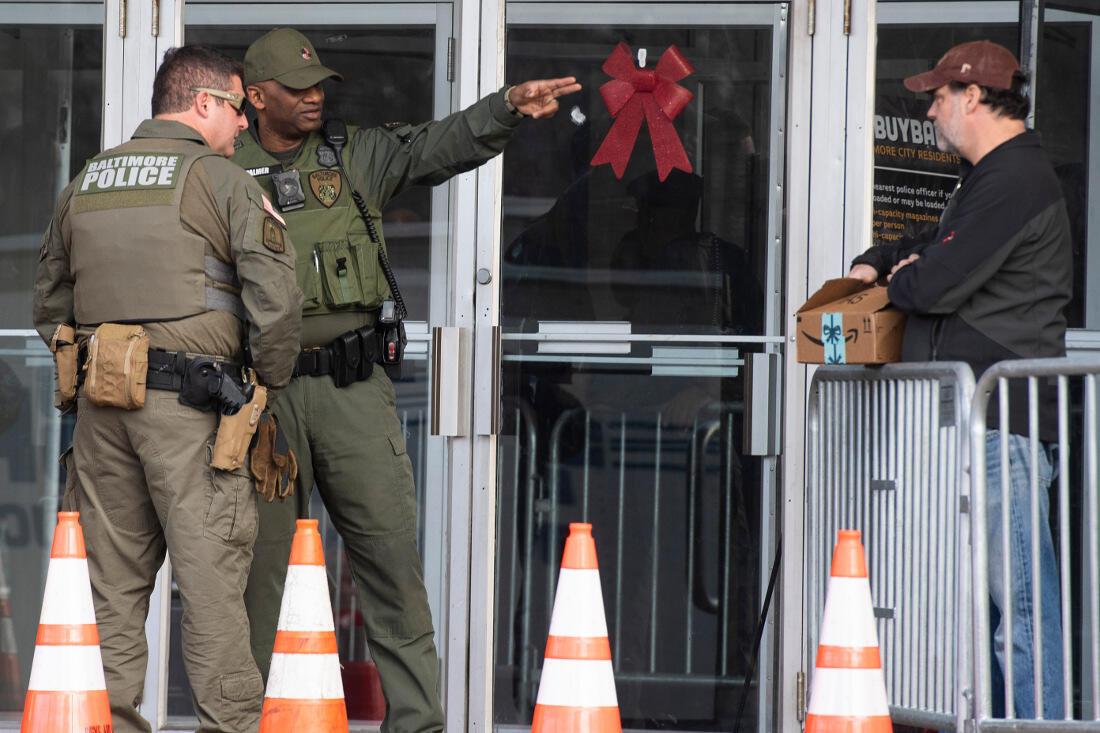Cảnh sát Baltimore tiếp một người dân đến bán lại vũ khí. Ảnh chụp ngày 17/12/2018.