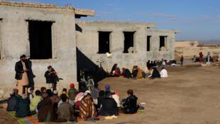 Des écoliers afghans suivent une classe à ciel ouvert dans la province de Kandahar, en janvier 2016.