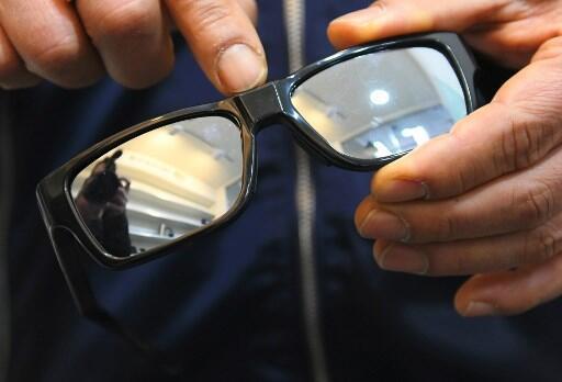 Un vendeur présente des lunettes espion équipées de caméra cachée dans une boutique à Incheon en Corée du Sud.